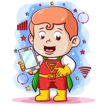 Menino usando a fantasia super elétrica e segurando o telefone na mão