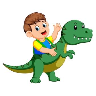 Menino usando o traje Tiranossauro Rex e acenando com a mão