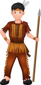 Menino vestindo fantasia de índio americano e segurando uma lança