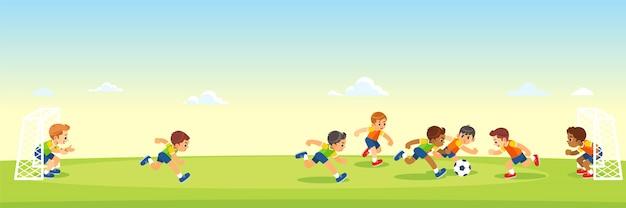 Meninos chutando futebol no campo dos esportes. Vetor Premium
