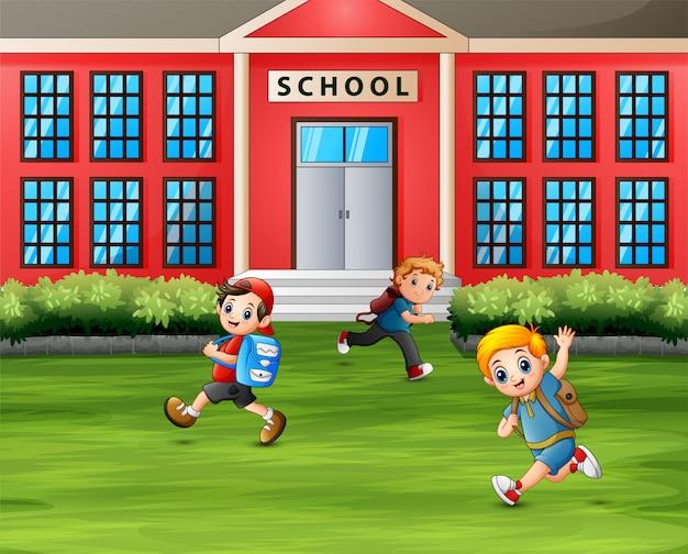Meninos correndo na frente da escola