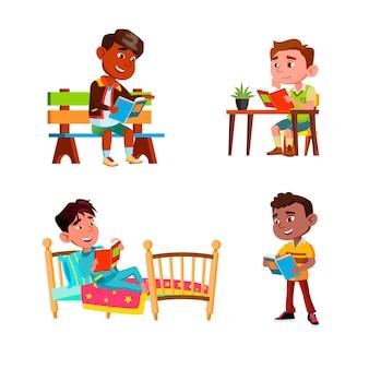 Meninos crianças lendo livros de educação definir vetor. caras crianças leem livros no parque, no banco e na rua, à mesa e na cama. personagens alunos estudando literatura ilustrações planas de desenhos animados