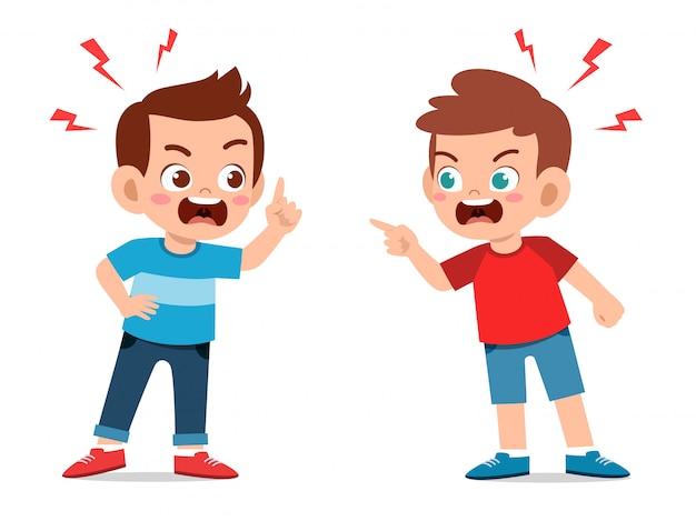 Meninos de criança fofa brigam e discutem entre si