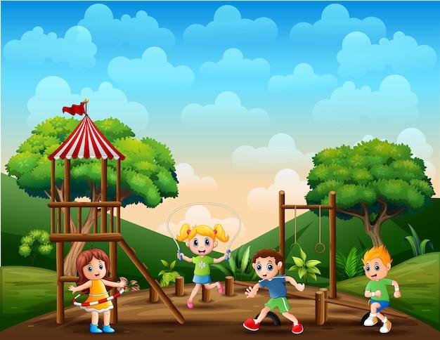 Meninos e meninas ativos praticando esportes e atividades divertidas fora