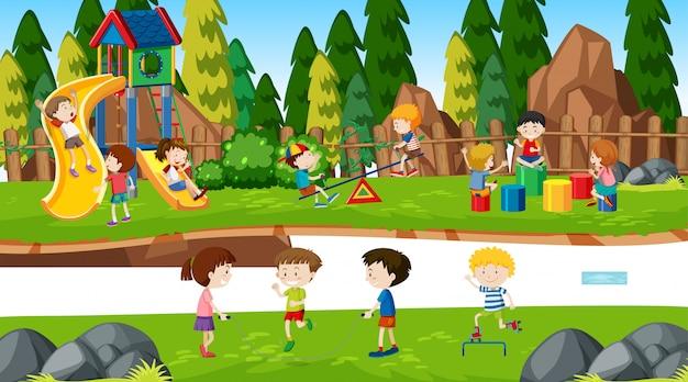 Meninos e meninas ativos que praticam atividades esportivas e divertidas fora