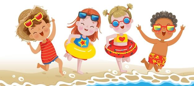 Meninos e meninas brincando na praia nas férias de verão