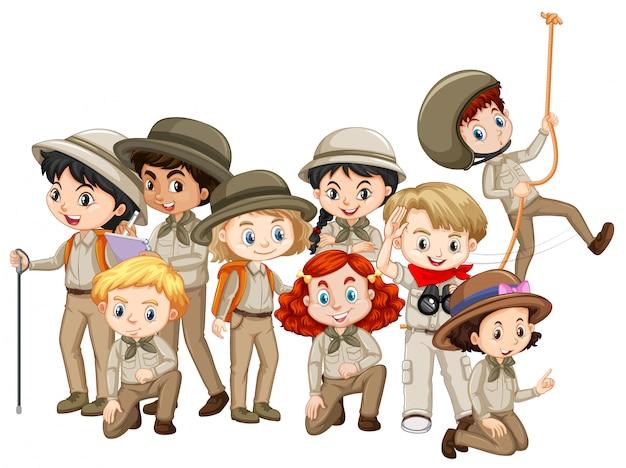 Meninos e meninas em uniforme de escoteiros
