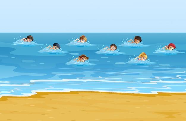 Meninos e meninas nadando no oceano
