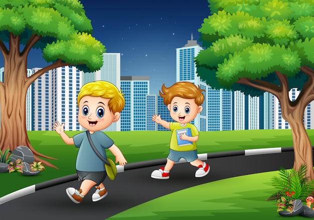 Meninos felizes andando na estrada para a cidade