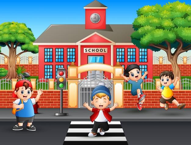 Meninos felizes atravessando a rua