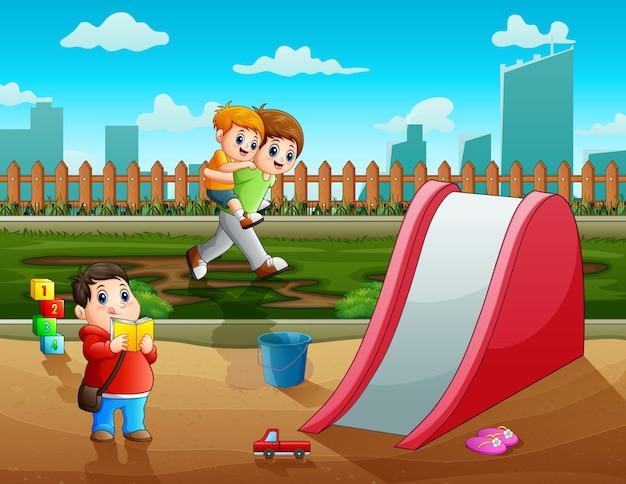 Meninos felizes brincando na cidade do parque