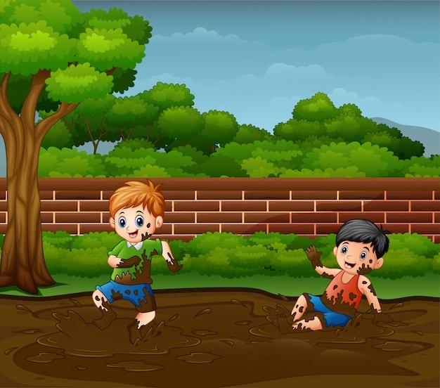 Meninos felizes brincando na lama