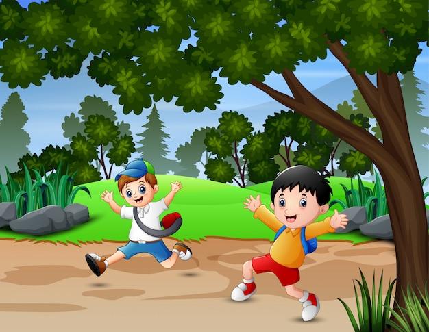 Meninos felizes correndo na estrada parque