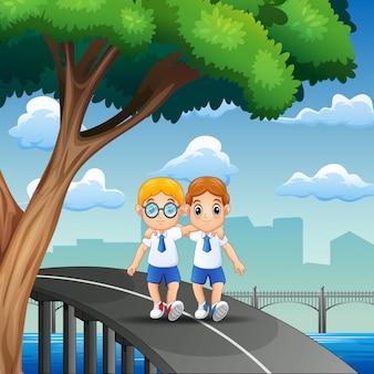 Meninos felizes indo para casa depois da escola
