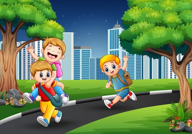Meninos felizes jogando na estrada para a cidade
