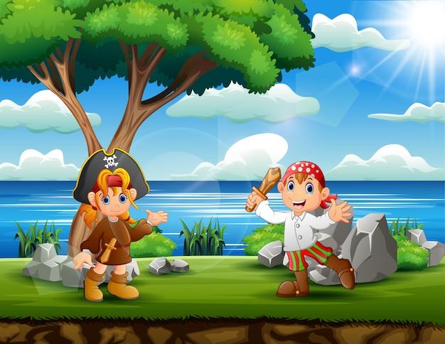 Meninos piratas felizes na margem do rio