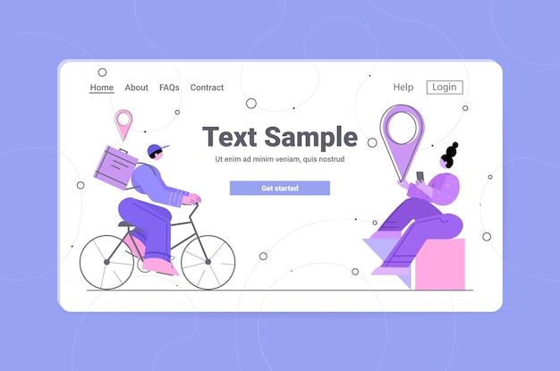 Mensageiro de bicicleta entregando comida ou pacote para cliente mulher conceito de serviço de entrega on-line