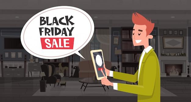 Mensagem de bolha de chat de venda de sexta-feira negra de guy usando tablet digital