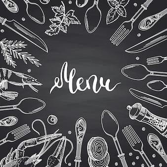 Menu na lousa preta com elementos de utensílios de mesa e comida de mão desenhada