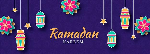 Mês sagrado islâmico de ramadan banner com lanternas de iluminação coloridas e padrões de flores sobre fundo texturizado roxo.