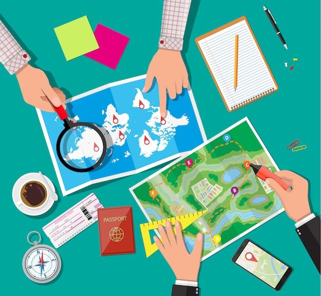Mesa com mapa de papel. planejando a viagem