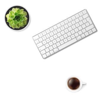 Mesa de escritório branca com teclado wireless de alumínio, xícara de café e flor suculenta no pote. vista do topo