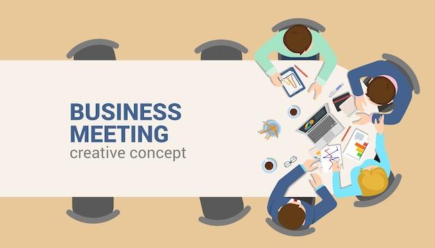 Mesa de escritório vista superior reunião de negócios conceito de infográfico web plana. análise de relatório de tabela de equipe trabalhando fundo vazio do tablet laptop. faça um brainstorm de planejamento de relatórios. coleção de pessoas criativas.