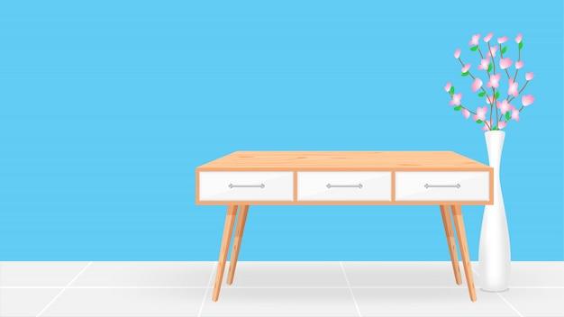 Mesa de madeira vazia no quarto azul e vaso de flores