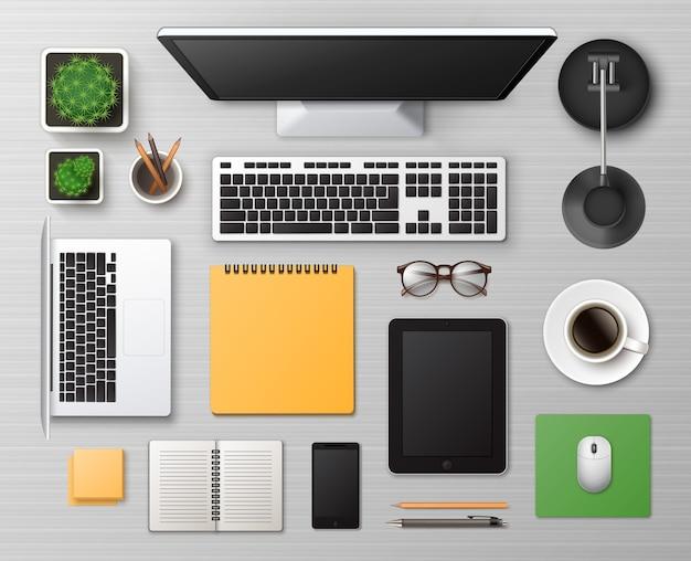 Mesa de trabalho de madeira branca com material de escritório e dispositivos digitais
