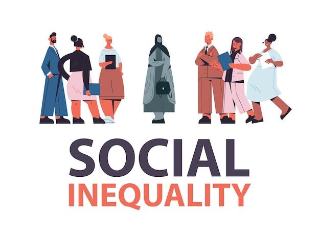 Mestiço de empresários zombando de mulher árabe deprimida intimidando desigualdade social discriminação racial