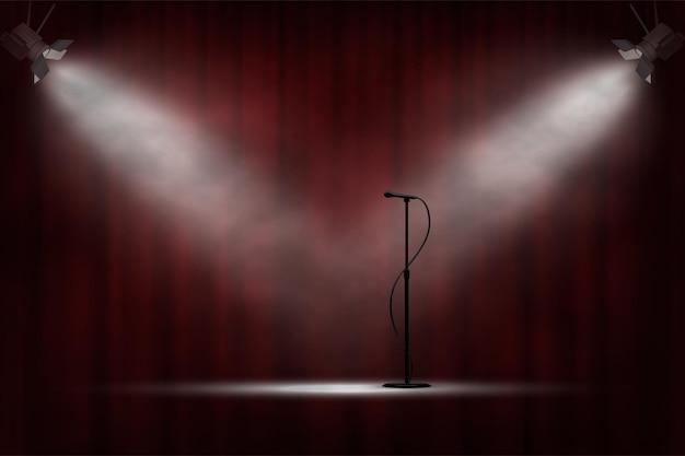 Microfone em pé no palco, sob os holofotes, cortina vermelha, performance de abertura de show de comédia