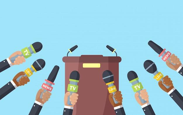 Microfones nas mãos de um repórter, entrevistas.