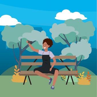 Millennial sentado no banco do parque