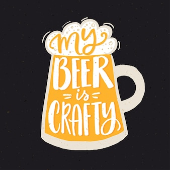 Minha cerveja é astuta. cartaz de citação engraçada para cervejaria artesanal com vidro amarelo desenhado de mão.