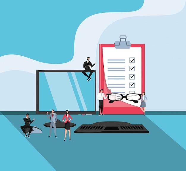 Mini empresários com computador de mesa no local de trabalho