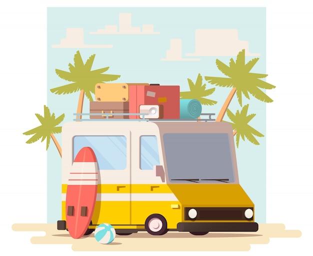Minivan com bagagem no telhado e prancha de surf
