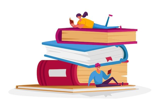 Minúsculos personagens masculinos e femininos lendo na pilha de livros enormes.