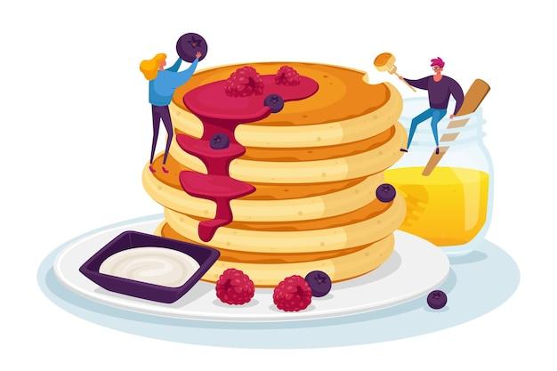 Minúsculos personagens masculinos e femininos servindo uma pilha enorme de panquecas frescas quentes com mel e decorando com frutas frescas