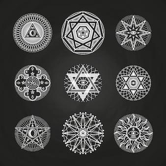 Mistério branco, oculto, alquimia, místicos símbolos esotéricos no quadro-negro