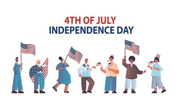Mistura raça pessoas segurando bandeiras dos estados unidos comemorando feriado do dia da independência americana, cartão de 4 de julho