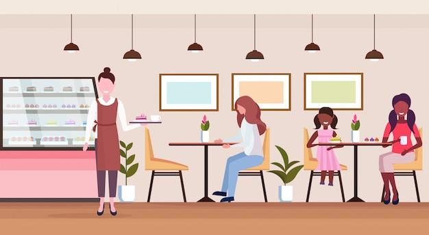 Mistura raça pessoas visitantes sentado moderno café loja garçonete servindo convidados padaria cafeteria interior feminino personagens de desenhos animados comprimento total plana horizontal