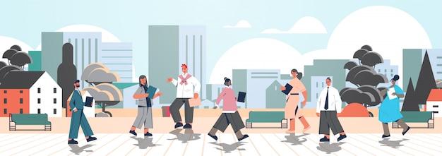 Misture corrida de empresários com pastas caminhando ao ar livre empresários trabalhadores de escritório em roupas casuais