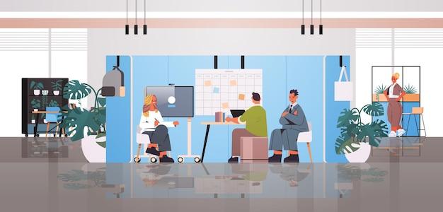 Misture corrida de empresários trabalhando e conversando no conceito de trabalho em equipe do centro de coworking