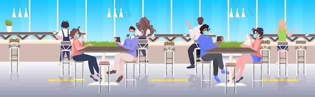 Misture corrida de visitantes de café com máscaras mantendo distância para evitar o distanciamento social da epidemia de coronavírus