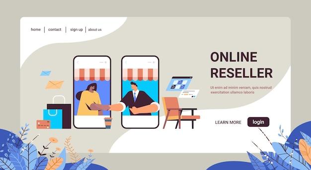 Misture corrida empresários apertando as mãos de parceiros de negócios na tela do smartphone fazendo acordo acordo aperto de mão parceria trabalho em equipe