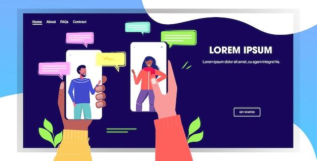 Misture corrida mãos humanas usando o conceito de comunicação bate-papo app rede social bolha de bate-papo