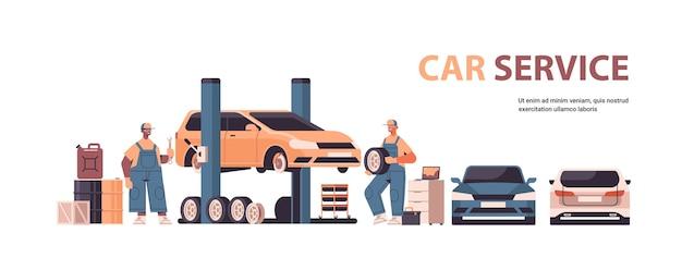 Misture corrida mecânica trabalhando e consertando veículo carro serviço conserto de automóveis e verificação de conceito estação de manutenção cópia horizontal ilustração vetorial espaço