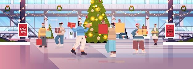Misture corrida pessoas caminhando com compras em shopping decorado para feliz natal e ano novo celebração de feriados de inverno grande loja interior ilustração vetorial horizontal de corpo inteiro