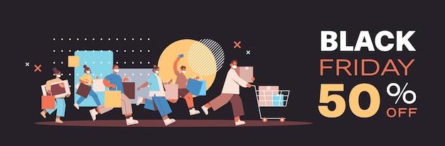 Misture corrida pessoas com máscaras protetoras correndo com sacolas de compras preto sexta-feira promoção grande venda desconto conceito de quarentena de coronavírus