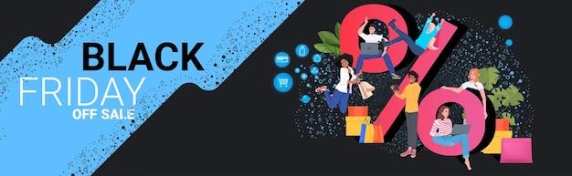 Misture corrida pessoas usando dispositivos digitais comprando online preto sexta-feira grande venda promoção banner desconto conceito ilustração vetorial horizontal de comprimento total